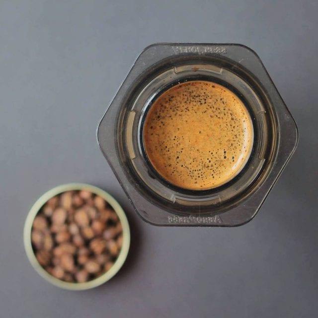 Preparando café en Aeropress