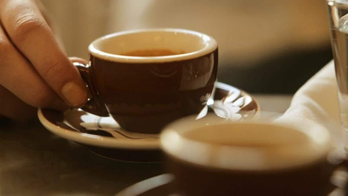 Tomando un espresso